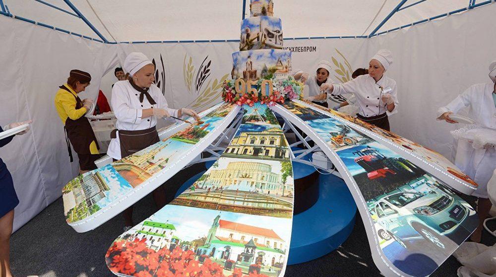 Желающих попробовать бесплатный торт на 950-летии Минска успокаивал ОМОН