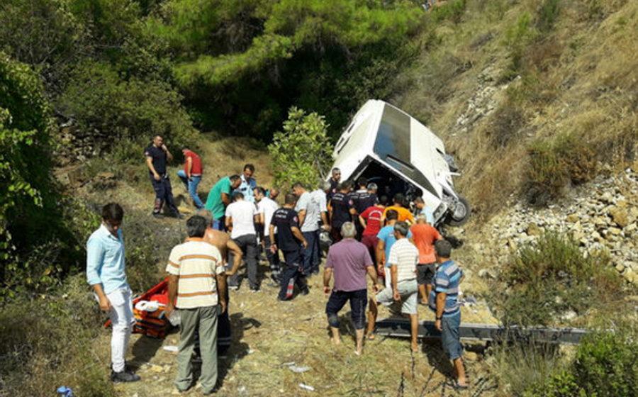 В провинции Анталья автобус с туристами съехал в кювет и перевернулся, есть погибшие