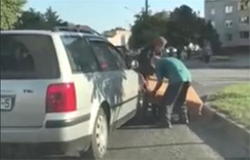 В Слуцке автомобиль «столкнулся» с матрасом (видео)