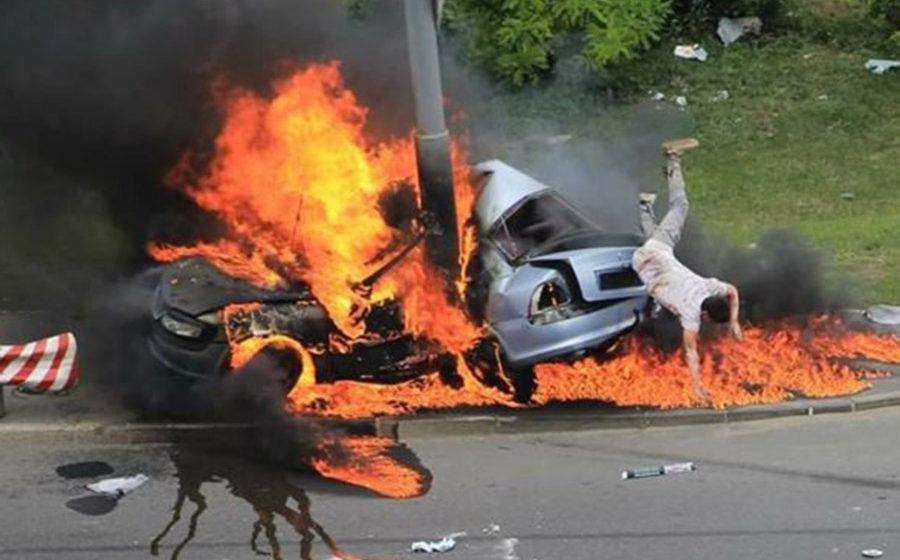 Видео, как киевлянин спасся из горящей машины, покоряет интернет