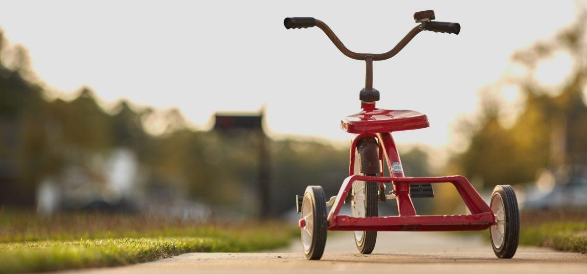 Под Любанью трехлетняя девочка одна на велосипеде проехала два километра по оживленной трассе, чтобы встретиться с мамой
