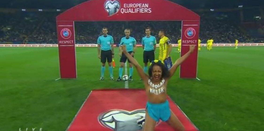 Активистка Femen, раздевшаяся перед Лукашенко, показала грудь на футбольном поле перед матчем Украина-Турция (видео)