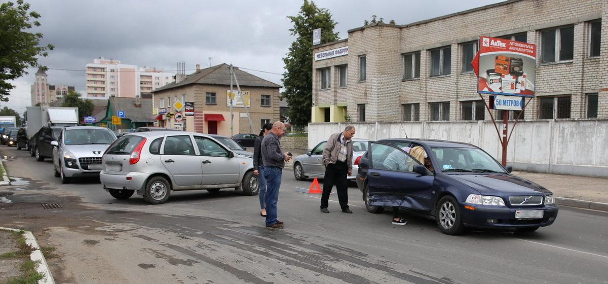 В Барановичах столкнулись «Лада» и «Вольво»