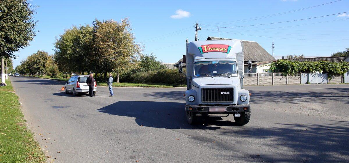 Фотофакт. В Барановичах столкнулись грузовик и легковушка