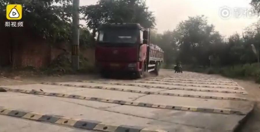 В Китае на километр дороги установили 600 лежачих полицейских (видео)