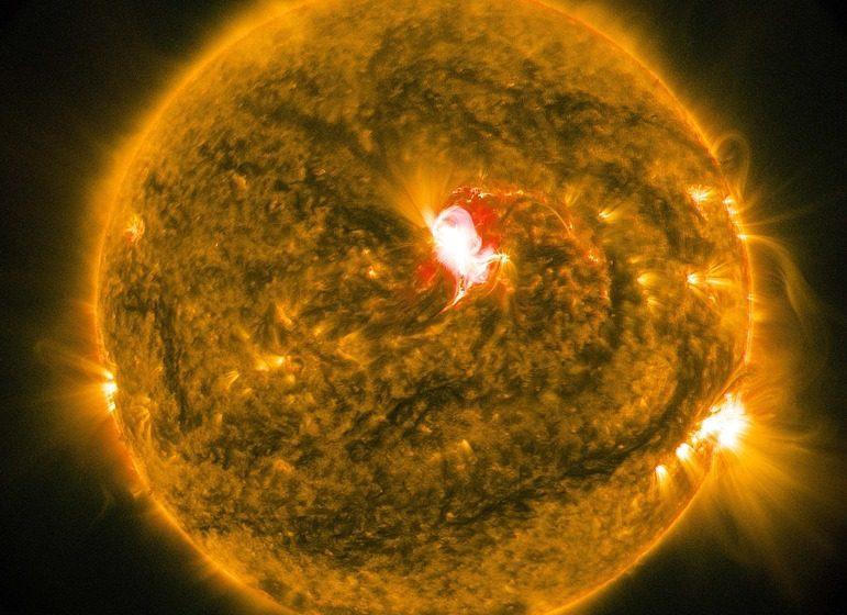 На Солнце произошла третья мощная вспышка