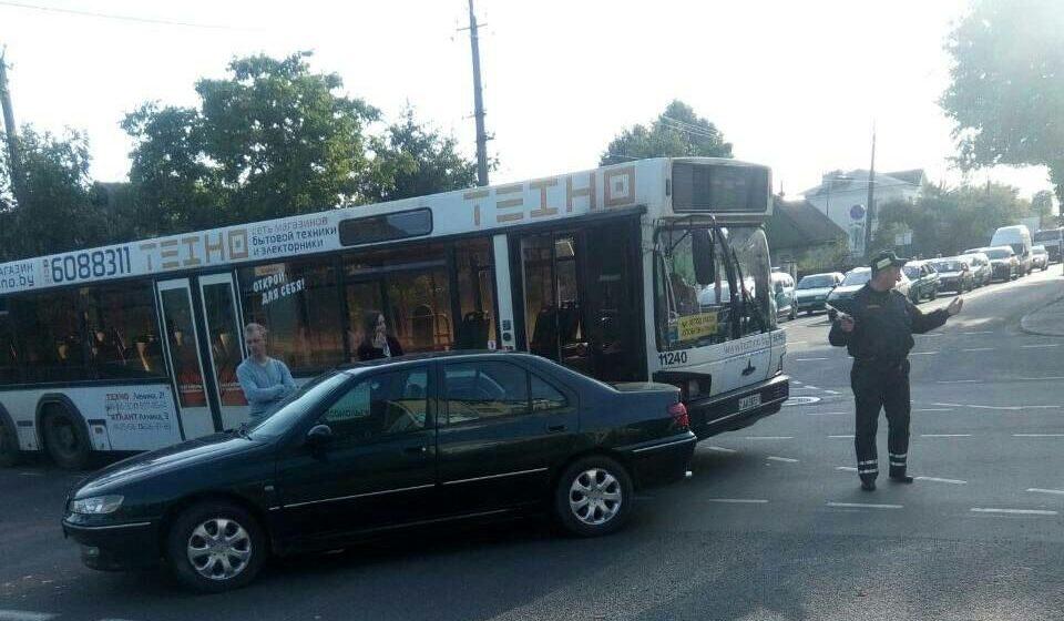 В центре Барановичей столкнулись два автобуса и две легковушки