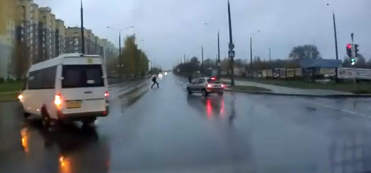 В Гродно реакция водителя спасла двоих нарушителей ПДД (видео)