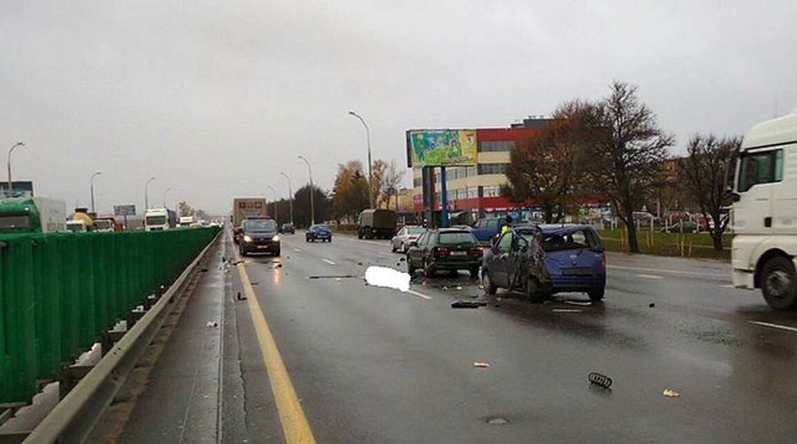 На МКАД пьяный водитель фуры сбил двух человек, которые осматривали свои машины после мелкого ДТП