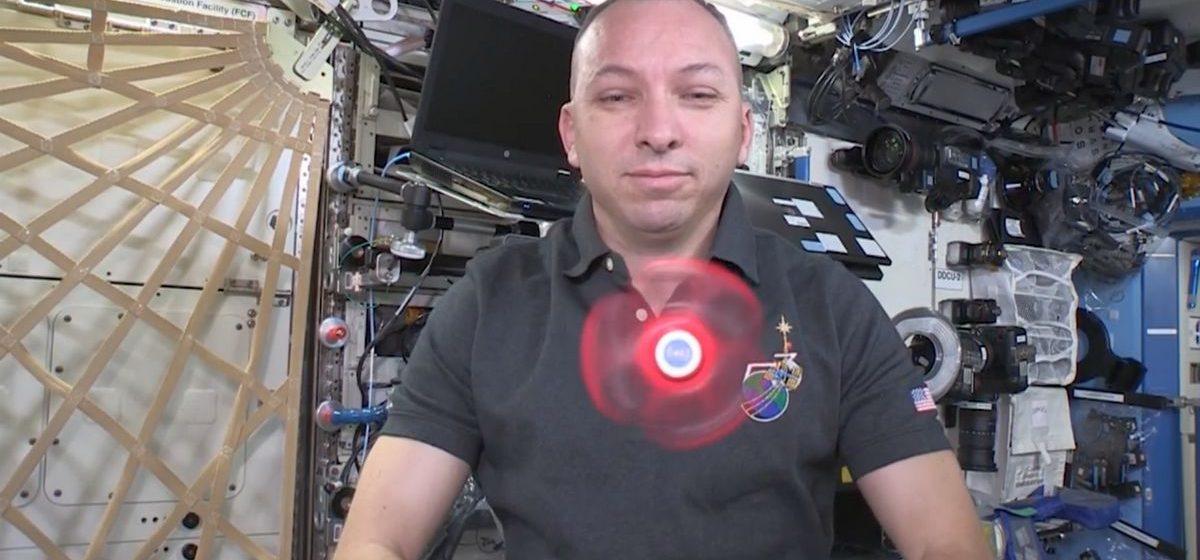 Астронавты показали трюки со спиннером в космосе