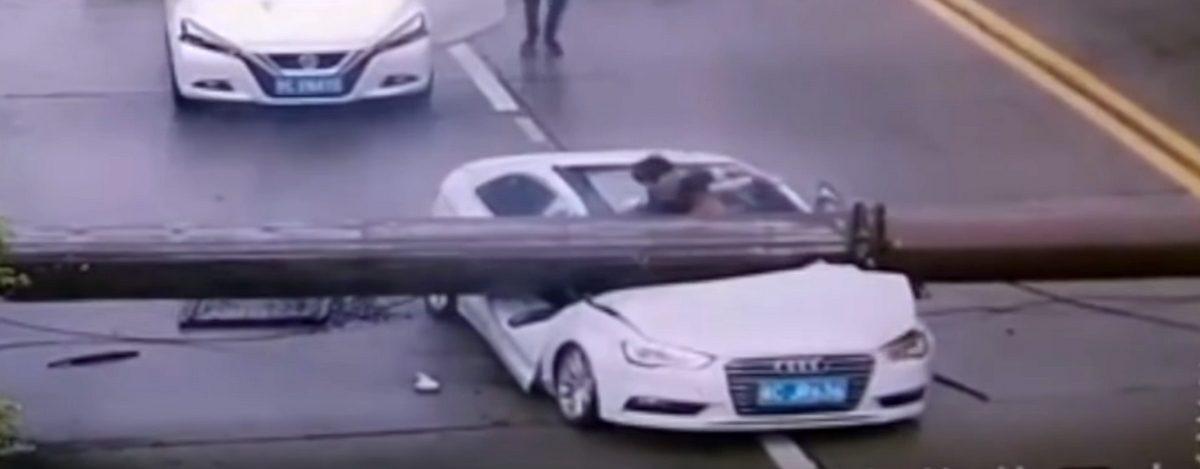 Видеофакт. Китаец выжил после падения на его машину башенного крана