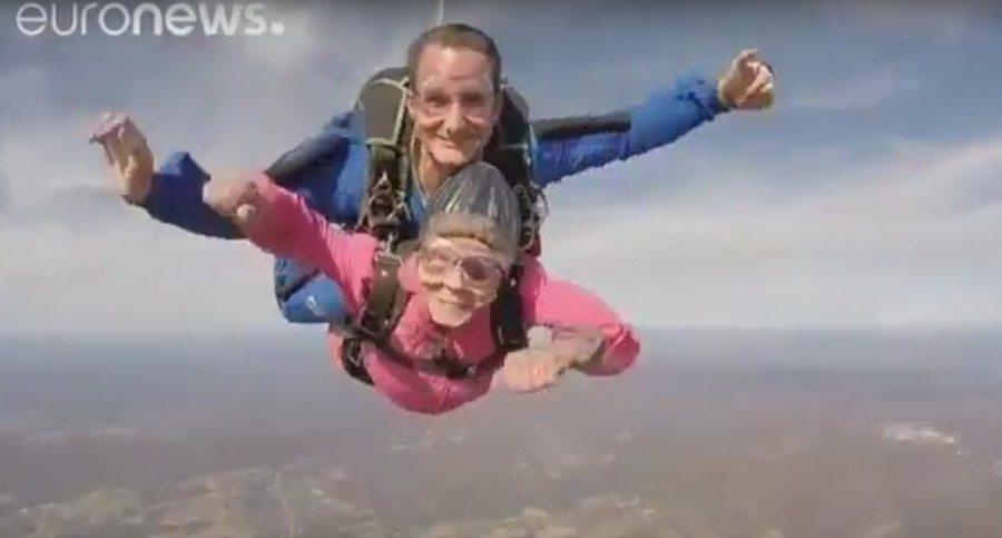 Американка отпраздновала свой 94-й день рождения, прыгнув с парашютом (видео)
