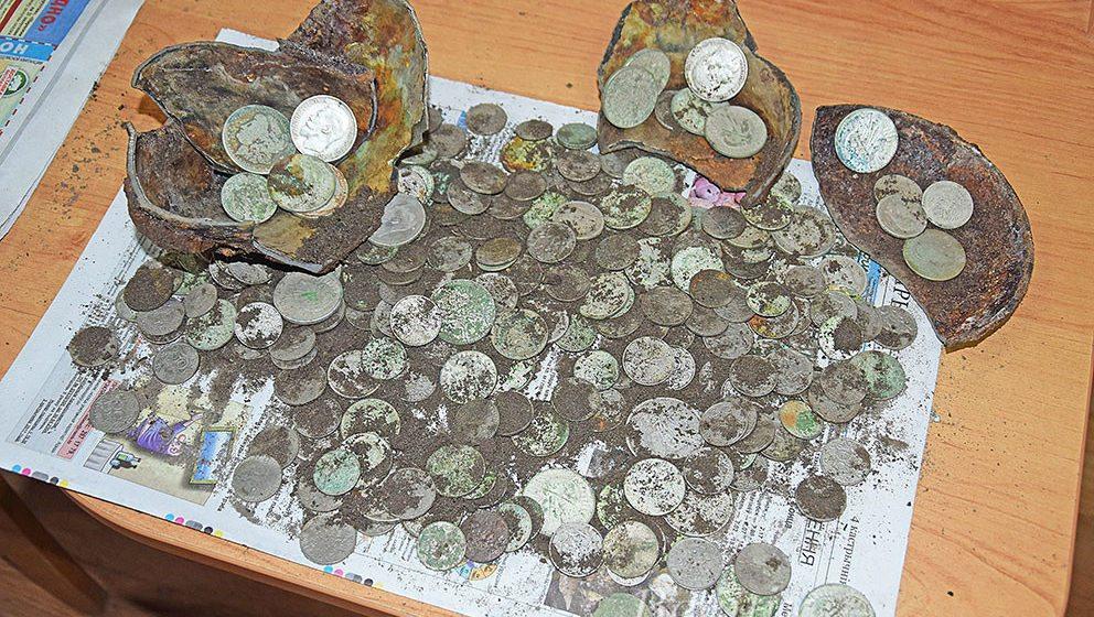 Фотофакт. В Глубоком нашли клад — более 200 монет из разных стран