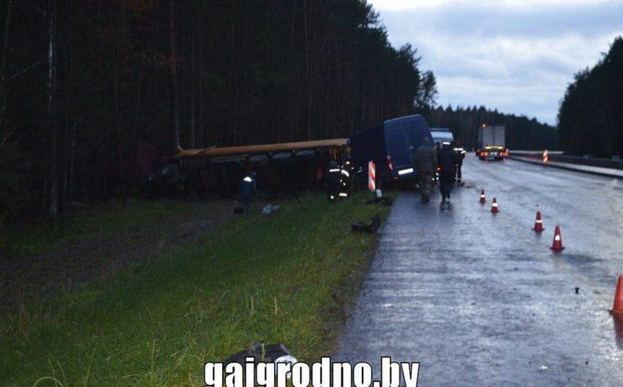 В Ивьевском районе лоб в лоб столкнулись микроавтобус и фура, погиб один человек