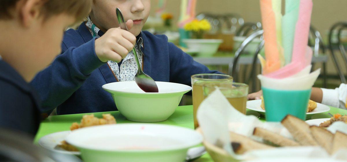 Почему в барановичских школах детей-льготников садят в столовой за отдельными столами и не дают им сырок