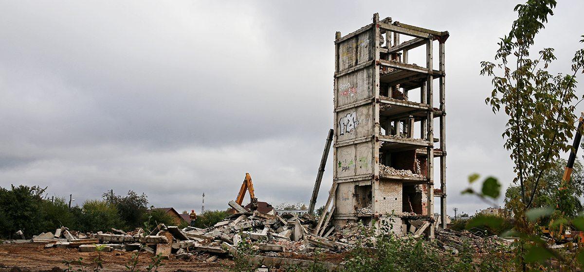 В Барановичах снесли большую часть здания, откуда падали подростки