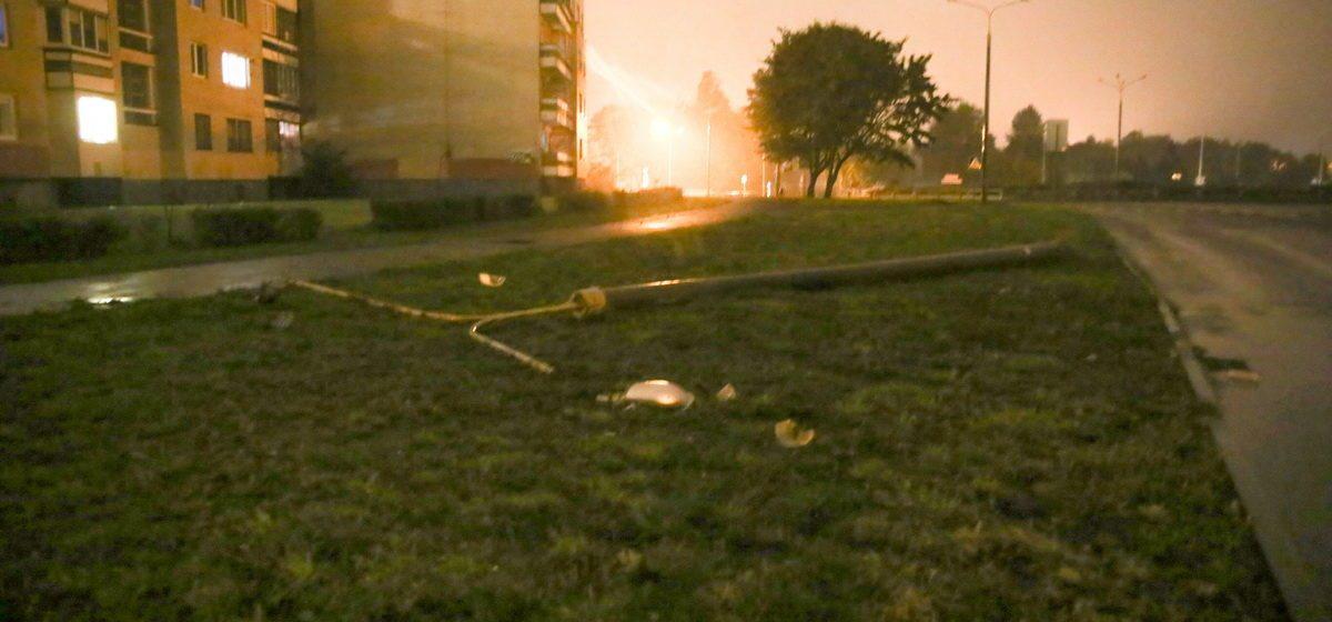 В Барановичах на улице Брестской «БМВ» сбил фонарный столб. На улице погас свет