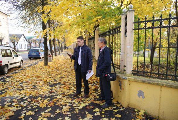 Николай Черноус-младший с отцом ждут представителей предприятия «Барановичиремстрой» Все фото: Татьяна МАЛЕЖ