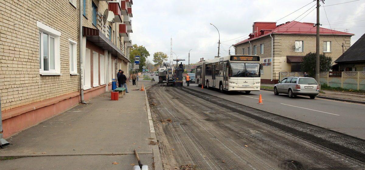 Фотофакт. В Барановичах на улице Комсомольской благоустраивают автобусную остановку