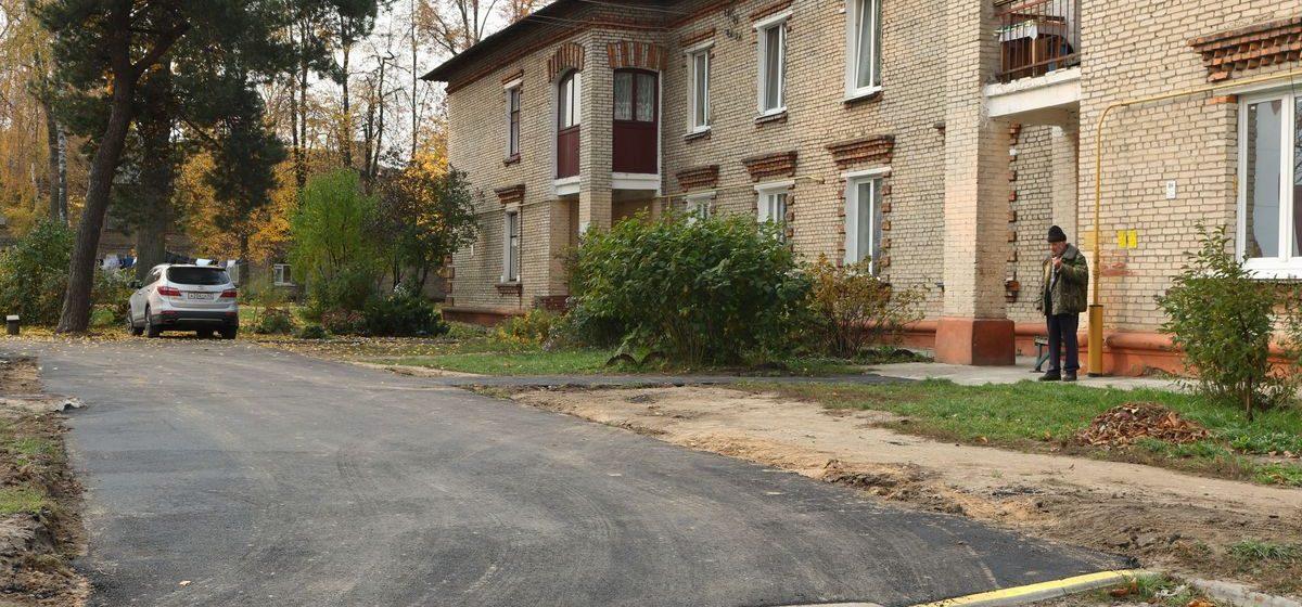 В Барановичах заасфальтировали подъезд к дому, к которому не могла подъехать скорая, но жильцы недовольны