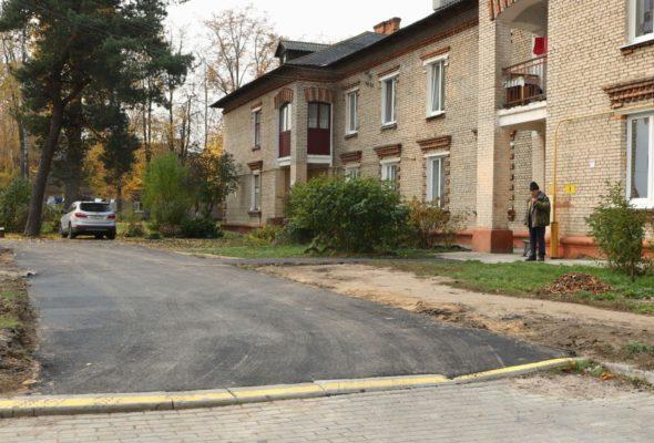 Заасфальтированный въезд во двор дома №42 на улице Баранова. Все фото: Александр ЧЕРНЫЙ