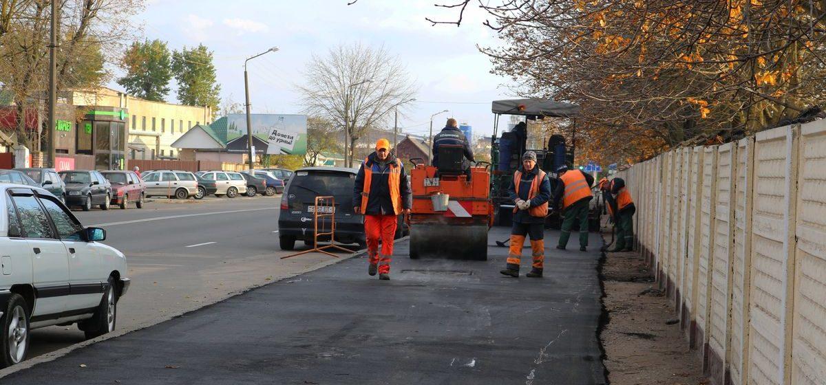 В Барановичах ремонтируют тротуар на улице 50 лет БССР