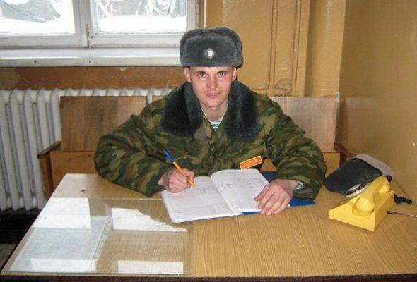 Константин Литвин во время дежурства по учебному корпусу в 2010 году. Войсковая часть 92616 (38-я отдельная гвардейская Венская Краснознаменная мобильная бригада). Фото: архив автора