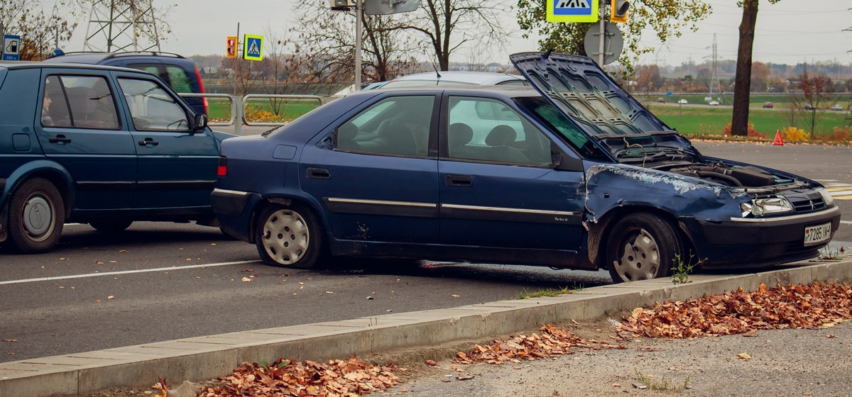 В Барановичах на проспекте Советском автомобиль выбросило на бордюр