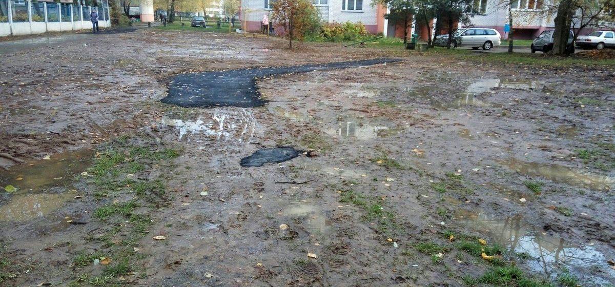 Как в Барановичах восстанавливают тротуар после ремонта: асфальт положили в грязь и «недотянули» пару метров