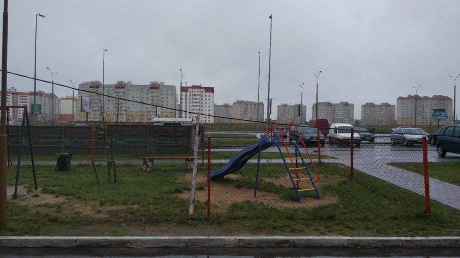 Фотофакт. В Барановичах в микрорайоне Боровки ветер повалил временные столбы, поддерживающие электрический кабель