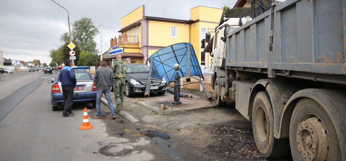 В Барановичах «MAN» въехал в навес над водопроводной колонкой, а затем снес забор