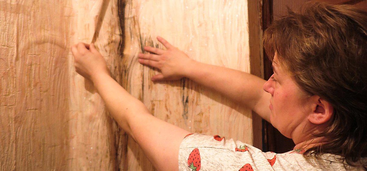 Семья в Барановичском районе 10 лет живет в квартире, где протекает потолок, а на стенах плесень, но дому капремонт не положен