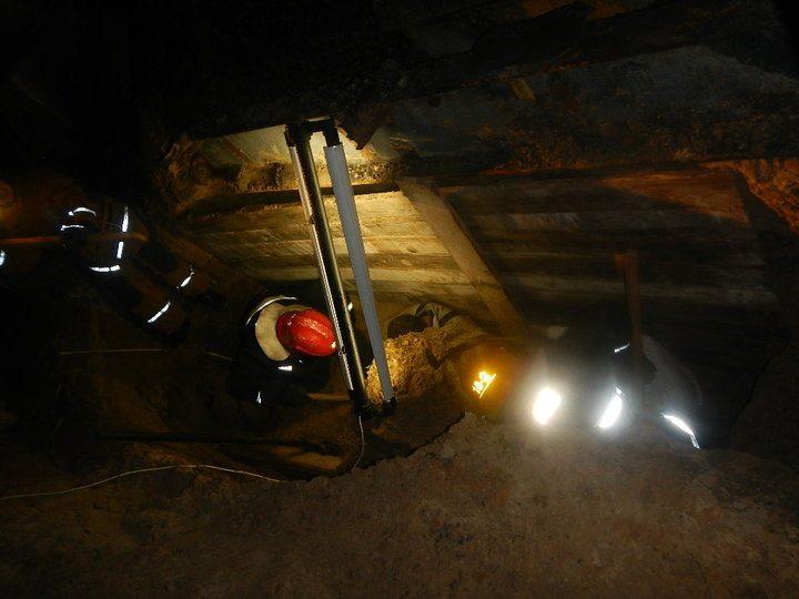 Спасатели в Речице откопали двух мужчин из траншеи