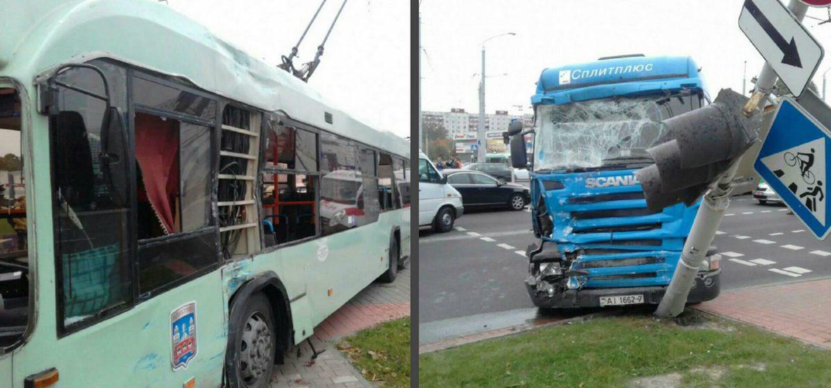 Видеофакт. В Минске грузовик протаранил троллейбус, есть пострадавшие