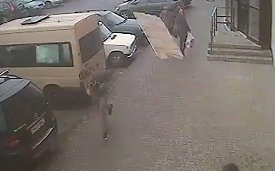 В Витебске бетонная плита упала с крыши здания – парня спасла отличная реакция (видео)