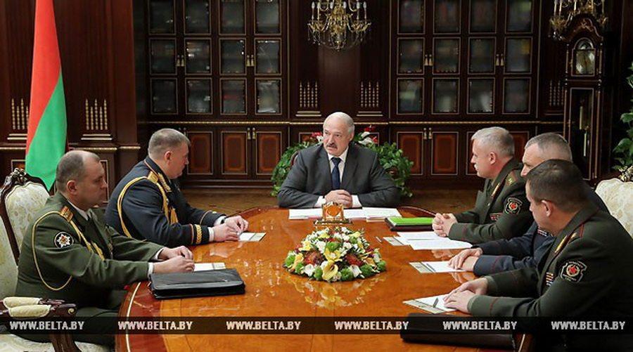 Лукашенко предложил чаще отпускать солдат домой и не забирать в армию единственного ребенка в семье