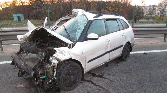 Под Дзержинском легковушка с двумя детьми врезалась в грузовик