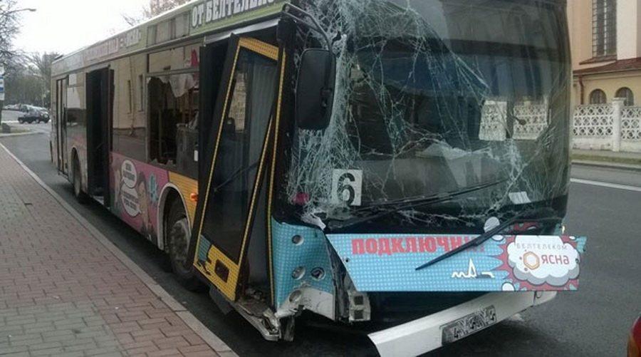 В Гродно автобус съехал с проезжей части и врезался в столб, пострадали двое пассажиров