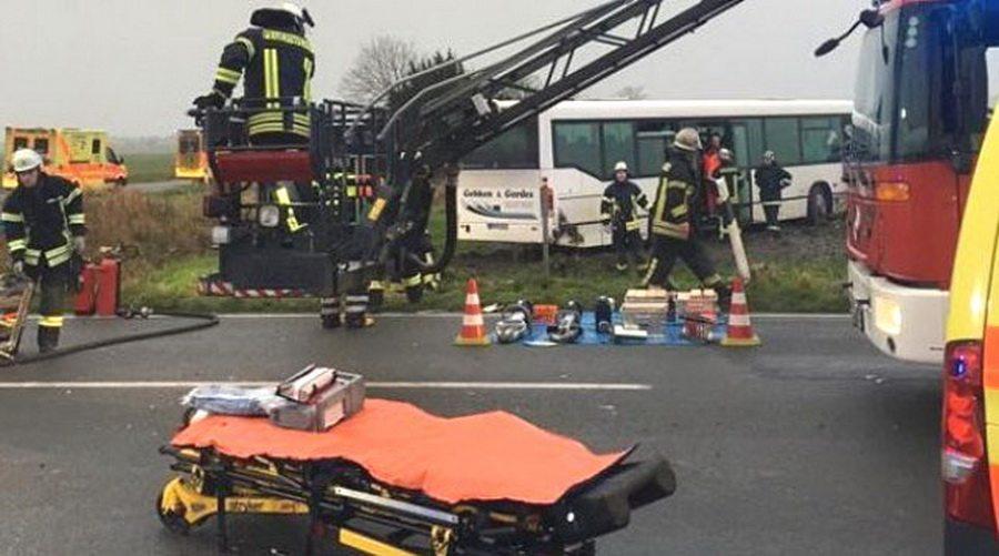 В Германии фургон врезался в школьный автобус, пострадали 30 человек