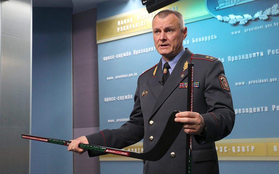 Глава МВД показал Лукашенко хоккейные клюшки, сделанные заключенными