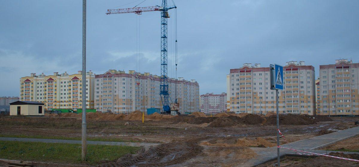 «Почему никто не считает деньги?» Барановичские активисты возмущены тем, что строительная техника ломает тротуарную плитку