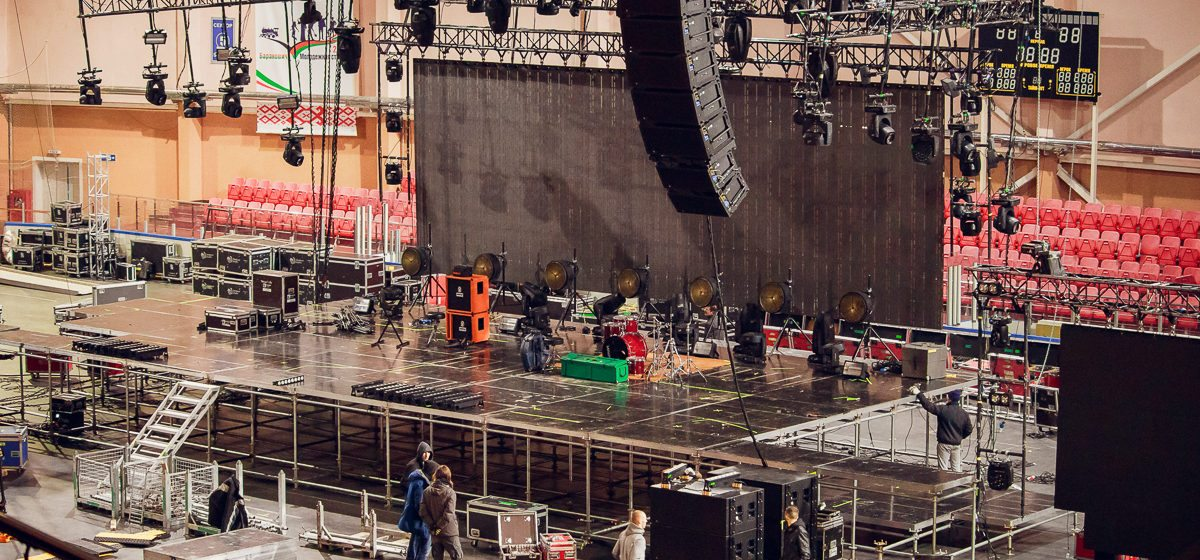«Зал сложный, «гуляет» звук». Как в Ледовом дворце в Барановичах идет подготовка к концерту группы ДДТ