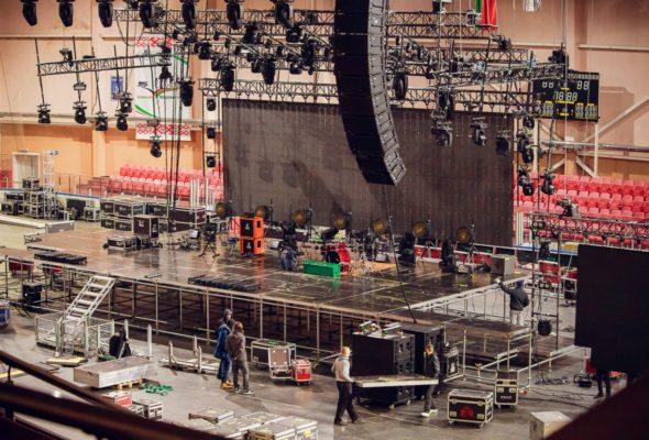 Подготовка сцены перед выступлением группы ДДТ в Барановичах. Все фото: Александр ЧЕРНЫЙ