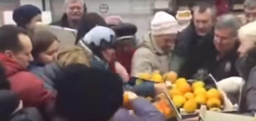 Видеофакт. В минском гипермаркете покупатели «сражались» за хурму