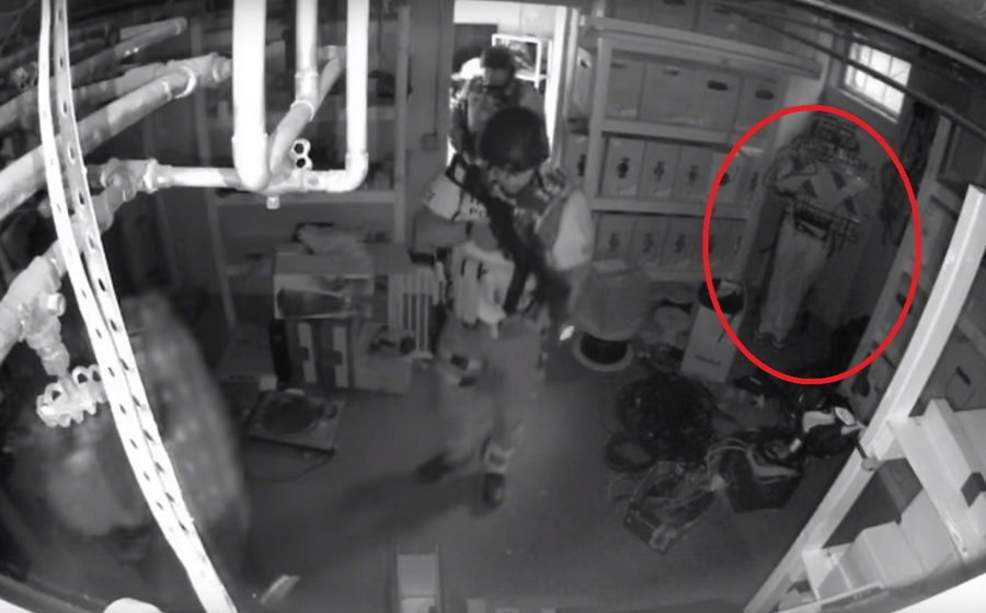 В сети набирает популярность видео, как мужчина необычным способом спрятался от спецназа
