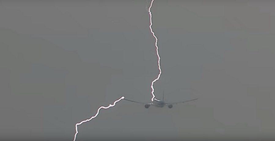 В Амстердаме в самолет во время взлета ударила молния (видео)