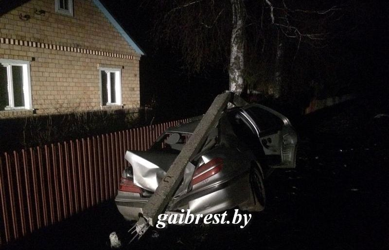 Житель Пинска «замочил» полученные права, сел за руль и врезался в столб