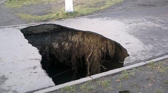 На центральной улице Пинска обвалился асфальт — образовалась воронка глубиной 6,5 м