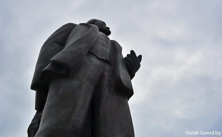 Неизвестный облил краской памятник Ленину в Слуцке