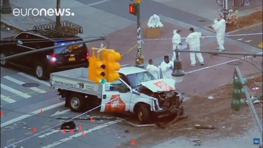 Теракт в Нью-Йорке: грузовик сбил 20 человек на велодорожке и врезался в школьный автобус